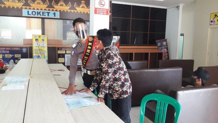 Personel Satlantas Polres Tulang Bawang sosialisasi ZI kepada warga di Kantor Samsat Tiuh Tohou Menggala